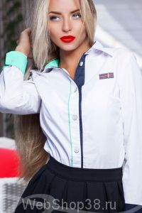 Классическая белая рубашка с длинным рукавом и синим зеленым кантом